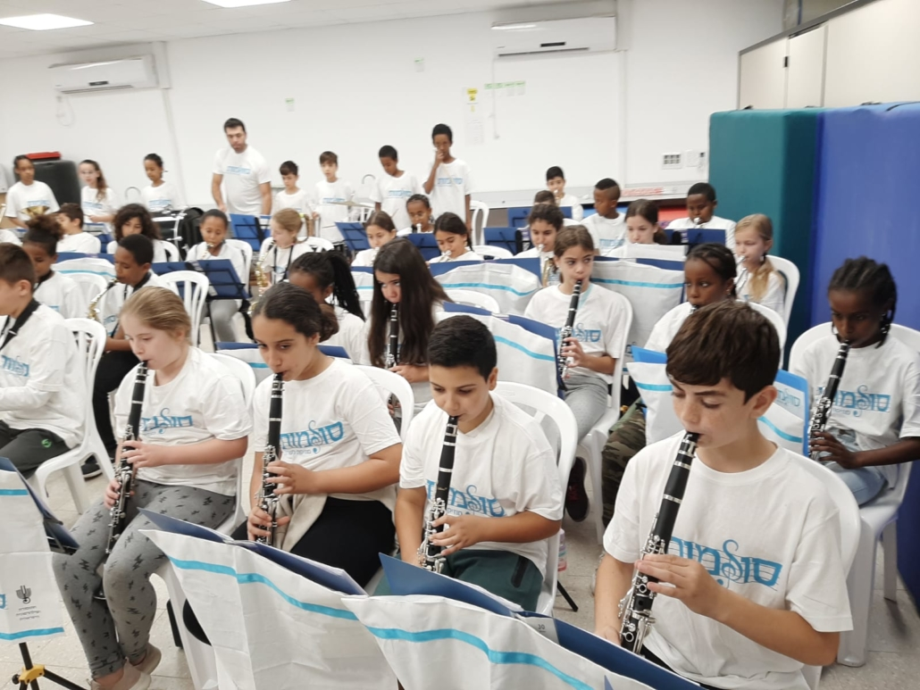 Sulamot students practicing clarinet.